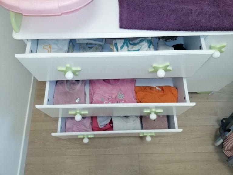 La chambre d'enfant : Un espace dédié à la petite enfance. Vous y trouverez le matériel nécessaire à la prise en charge de l'hygiène, du sommeil (biberons, stérilisateur, matelas à langer, produits d'hygiène, la table pour le bain, le relax, linge bébé …). Un lit, une chaise haute et une armoire sont à la disposition. Indispensable à la bonne prise en charge de l'enfant quel que soit son âge : la commode, garnie de linge, dotée d'un plateau permettant l'habillage, le déshabillage, le change ….
