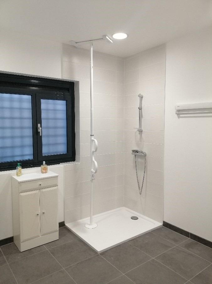 La salle de bain : Toilettes vastes pour les personnes à mobilité réduite. La douche à l'italienne permettant un accès facile au fauteuil roulant.  Sol anti-dérapant, Salle de bains équipée d'une machine à laver, une table à repasser, une centrale vapeur, des produits d'hygiène nécessaires à l'accomplissement de la toilette.