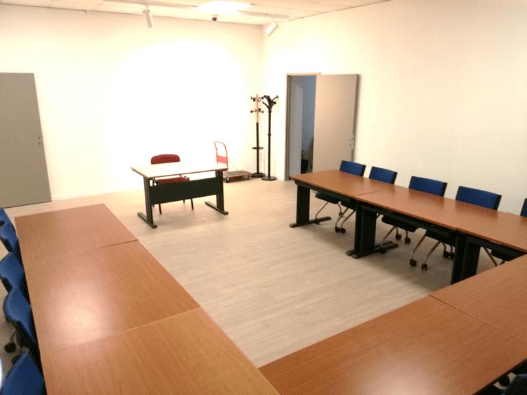 La salle de formation 2 : Salle climatisée de 46 m² avec une capacité de 16 personnes, équipée d'un vidéoprojecteur et d'un tableau blanc.