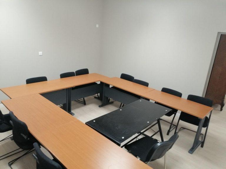 La salle de formation 3 : Salle climatisée de 21 m²cavec une capacité de 12 personnes, équipée d'un vidéoprojecteur et d'un tableau blanc.